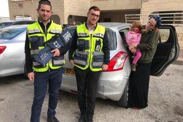 """ירושלים: פעוטה שננעלה ברכב ברחוב קהתי חולצה ע""""י מתנדבי ידידים"""