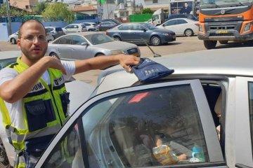 תל אביב: כונן ידידים חילץ ילד שננעל בשגגה ברכב