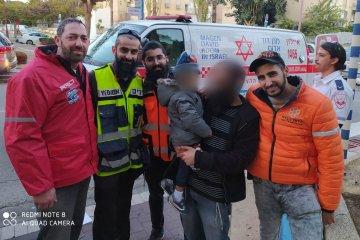 אור יהודה: ילד אשר ננעל ברכב בשגגה לעיני אביו חולץ בשלום על ידי כונני ידידים