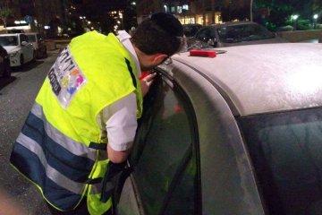 צפו: תיעוד חילוץ ילד שננעל ברכב