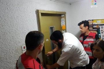 בת 80 נלכדה במעלית וחולצה בזכות תושייתו של מתנדב ידידים