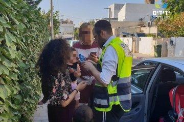 """גבעת שמואל: ילדה ננעלה ברכב לעיני אמה וחולצה ע""""י מתנדבי ידידים"""