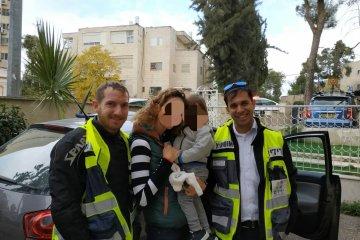 תינוק שננעל ברכב בירושלים חולץ עי כונני ידידים