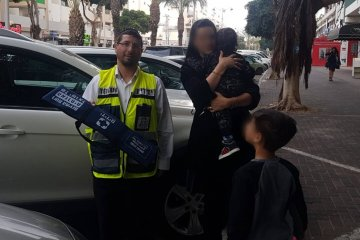 ילד חולץ מרכב בשלום על ידי כונני ידידים