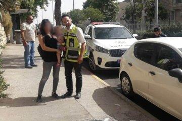 ירושלים: תינוקת חולצה בשלום מרכב לאחר שננעלה בו בשגגה