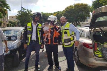 אור יהודה: מתנדבי ידידים חילצו בשלום פעוטה שננעלה בשגגה ברכב