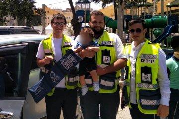 """ירושלים: ילד שננעל בשגגה ברכב חולץ בשלום ע""""י כונני ידידים"""