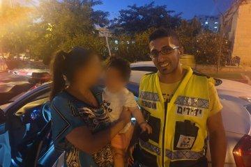 אלעד: תינוק שננעל בשגגה ברכב לעיני אימו חולץ בשלום על ידי כונן ידידים