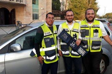 ירושלים: פעוטה שננעלה בשגגה ברכב לעיני אימה חולצה בשלום על ידי כונני ידידים