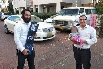 תינוקת שננעלה ברכב בשגגה לעיני אימה ברחובות חולצה בשלום על ידי כונני ידידים