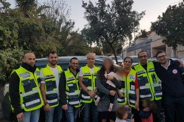 תינוקת כבת שנה וחצי שננעלה ברכב בשגגה לעיני אמה בירושלים חולצה בשלום על ידי כונני ידידים