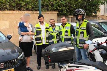 נתניה: תינוק שננעל בשגגה ברכב לעיני אימו חולץ בשלום על ידי כונני ידידים