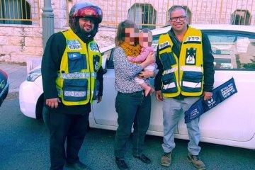 פעוטה כבת שנה שננעלה ברכב בשגגה לעיני אימהּ בירושלים חולצה בשלום על ידי כונני ידידים
