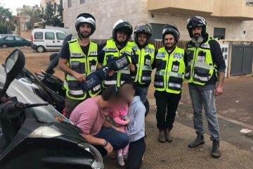 נתניה: ילדה שננעלה בשגגה ברכב לעיני הוריה חולצה בשלום על ידי כונני ידידים