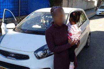 ילדה שננעלה ברכב בשגגה לעיני אמה ביבנה חולצה בשלום על ידי כונן ידידים