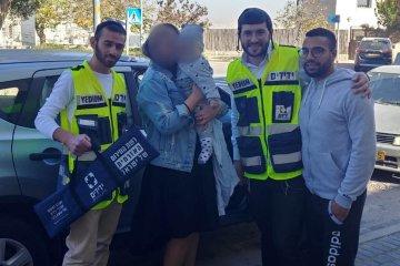 ירושלים: תינוק שננעל ברכב בשגגה לעיני אימו חולץ בשלום על ידי כונני ידידים