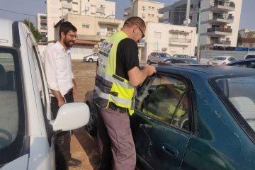 שני פעוטות שננעלו ברכב בשגגה לעיני אביהם בירושלים חולצו בשלום על ידי כונן ידידים