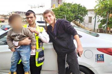 טבריה: תינוק שננעל ברכב בשגגה לעיני אימו חולץ בשלום על ידי כונני ידידים