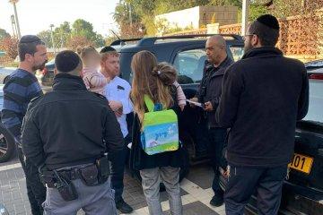 באר יעקב: ילד שננעל בשגגה ברכב לעיני אמו חולץ בשלום על ידי כונני ידידים