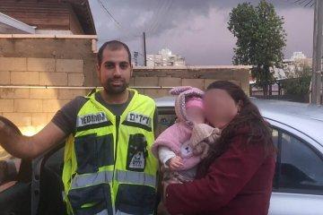 רחובות: פעוטה שננעלה בשגגה ברכב לעיני אמה חולצה בשלום על ידי כונני ידידים