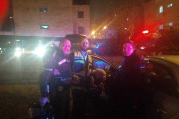 ירושלים: פעוטה כבת שנה וחצי שננעלה ברכב בשגגה לעיני הוריה חולצה בשלום על ידי כונני ידידים