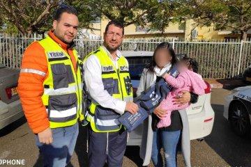 אשקלון: פעוטה שננעלה בשגגה ברכב לעיני אמה חולצה בשלום על ידי כונני ידידים