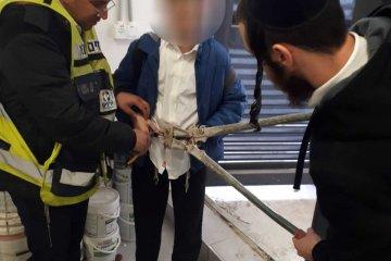 ילד כרך את מנעול האופניים סביב מותניו ללא אפשרות פתיחה, מתנדבי ידידים חתכו את המנעול בזהירות ושחררו אותו לבית הספר