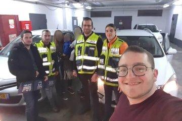 שני פעוטות שננעלו ברכב בשגגה לעיני הוריהם בירושלים חולצו בשלום על ידי כונני ידידים