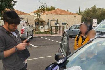 שני ילדים שננעלו ברכב בשגגה לעיני אמם במושב בית חלקיה חולצו בשלום על ידי כונן ידידים
