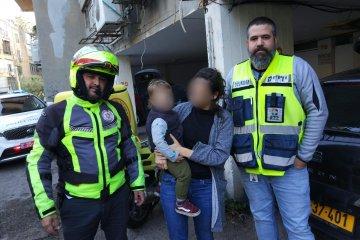 תל אביב: פעוט שננעל ברכב בשגגה לעיני אימו חולץ בשלום על ידי כונני ידידים