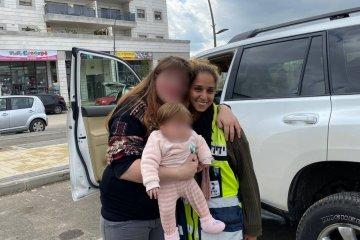 ראש העין: תינוקת שננעלה ברכב בשגגה לעיני אמה חולצה בשלום על ידי כוננית ידידים