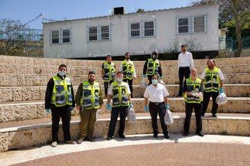 אלעד: עשרות כוננים מחלקים ברגעים אלו 180 מנות אוכל לקשישים • המנות סופקו על ידי מחלקת הנוער בעירייה, בהנהלת יחיקם גמליאל