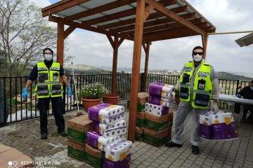 אריאל: כונני ידידים חילקו מאות סלי מזון לתושבים שבבידוד ולמשפחות הזקוקות לכך • הסלים סופקו על ידי עיריית אריאל
