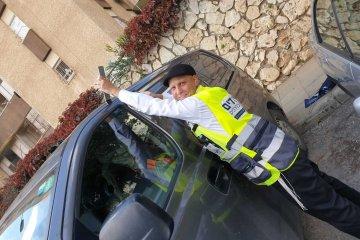 ירושלים: תינוק ננעל ברכב לעיני אמו וחולץ בתוך דקות על ידי כונן ידידים בעודה עדיין על הקו עם המוקד