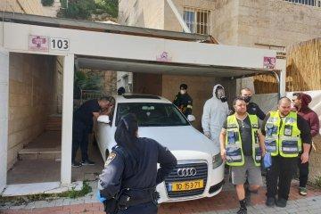 ירושלים: פעוט חולץ מרכב לאחר שהתיישב על השלט ונעל את עצמו בתוכו