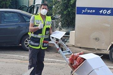 קריית־גת: מתנדבי ידידים חילקו מאות סלי מזון לקשישים ולמשפחות מעוטי יכולת • הסלים סופקו על ידי העירייה