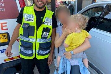 תל אביב: ילד ננעל ברכב, כונן ידידים הגיע למקום במהירות וחילץ אותו בשלום