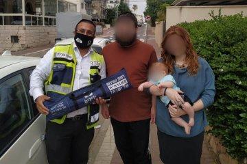 ושוב ברחובות: תינוק ננעל ברכב בשגגה, כונני ידידים חילצו אותו בשלום • זו הפעם השלישית בשבוע האחרון שילד ננעל ברכב בעיר