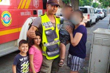 רעננה: כונן ידידים הגיע עם שני ילדיו וחילץ ילד שננעל בשגגה ברכב