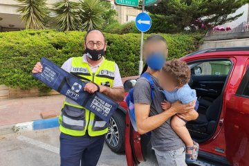 """רמת גן: ילד ננעל ברכב לעיני הוריו • סמנכ""""ל ידידים מנע שבירת חלון וחילץ אותו בשלום"""