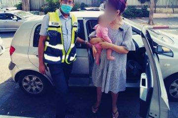 פתח תקווה: תינוקת קטנה ננעלה לעיני אמה בטעות ברכב • כונני ידידים חילצו אותו במהירות