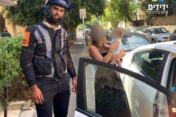 תל אביב: תינוק ננעל בשגגה ברכב • כונן ידידים חילץ אותו במהירות ובשלום