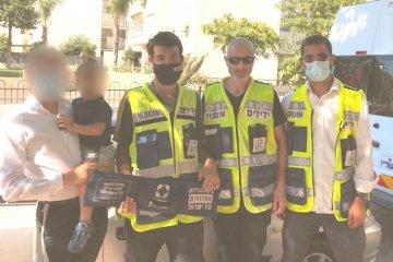 אשדוד: פעוט ננעל בשגגה ברכב • כונני ידידים חילצו אותו בשלום