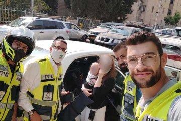 ירושלים: בחום הכבד • תינוקת ננעלה ברכב לעיני אימה • כונני ידידים חילצו אותה בשלום