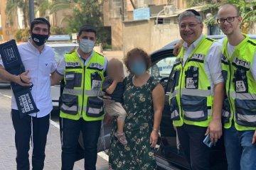 בני ברק: פעוטה ננעלה בשגגה ברכב, מתנדבים בכירים בידידים חילצו אותה במהירות ובשלום