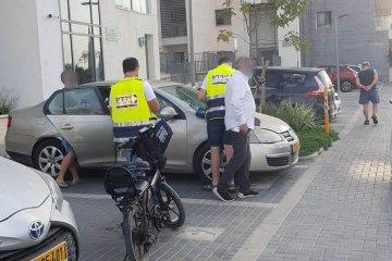 רחוב אתרוג: ידידים חילצו פעוט שננעל ברכב בנעילה מאתגרת