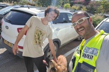 """ראש העין: כלב ננעל בשגגה ברכב וחולץ במהירות על ידי כונן ידידים • """"עוד דקה תוכל לחבק בחזרה את הכלב שלך"""""""