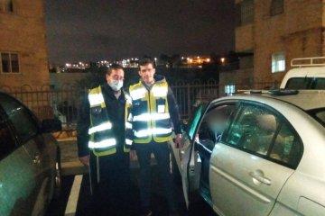 """ירושלים: תינוק ננעל בשגגה ברכב, כונני ידידים חילצו אותו בשלום • """"זו פעם ראשונה שלי והסיפוק אדיר"""" • בידידים קוראים להורים לאמץ """"כלל מפתח"""""""