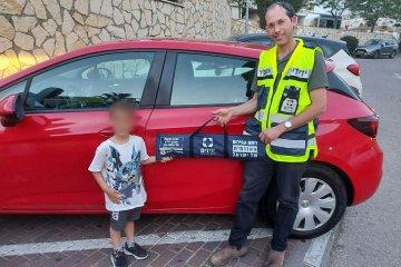 """אריאל: ילד כבן ארבע ננעל ברכב לעיני הוריו וחולץ בשלום ע""""י מתנדב ידידים • """"זו פעם ראשונה שלי והתחושה מיוחדת. השוטרים והמשפחה הודו מאוד"""" • בידידים קוראים להורים לאמץ """"כלל מפתח"""""""