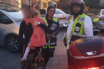"""ירושלים: ילדה ננעלה בשגגה ברכב לעיני אמה, כונני ידידים חילצו אותה בשלום • בידידים קוראים להורים לאמץ """"כלל מפתח"""""""